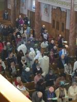 L'évangéliaire traverse l'assemblée avant d'être proclamé